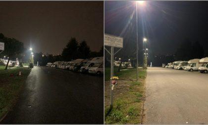 """Area camper, un nuovo lampione illumina chi parcheggia fuori dagli stalli. Martinelli: """"Troppo piccola"""""""