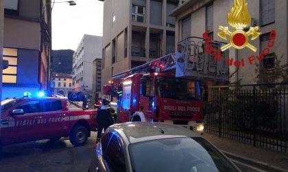 Grondaia pericolante al palazzo di ATS Insubria: arrivano i pompieri