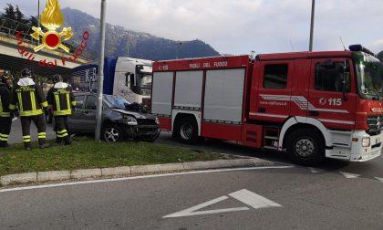 Incidente a Como: auto finisce contro un palo
