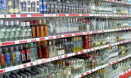 Coprifuoco dietrofront sugli alcolici: si possono comprare nei supermercati dopo le 18