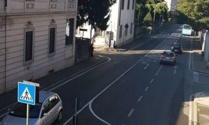 Ancora un incidente in via Briantea: scontro tra auto e scooter