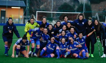 Calcio femminile Como Women a riposo e spettatrice interessata dei recuperi
