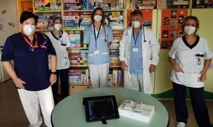 Una coppia comasca celebra i 50 anni di matrimonio donando due strumenti da 20mila euro alla Pediatria