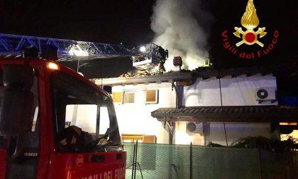 Paura a Lomazzo: in fiamme il tetto di una casa VIDEO