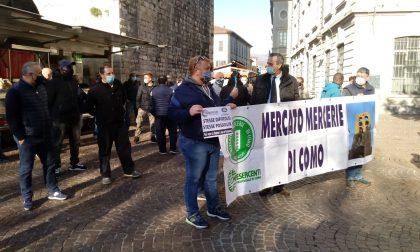 """""""Stesse difficoltà, stesse possibilità"""": flash mob degli ambulanti a Como per la riapertura dei mercati"""