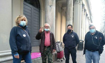 L'associazione ProTetto consegna gel e mascherine al senzatetto multato a Como