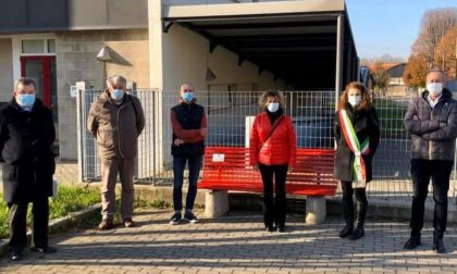 Stop alla violenza sulle donne, il Comune di Figino inaugura una panchina rossa VIDEO
