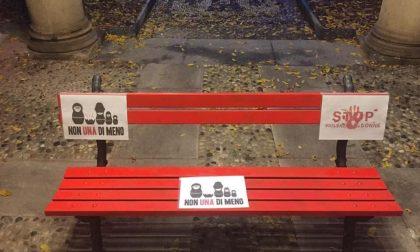 Un segno rosso sul volto degli amministratori e una panchina rossa: basta violenza contro le donne