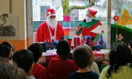 Babbo Natale e il fedele Elfo alla scuola dell'infanzia di via Rossini FOTO