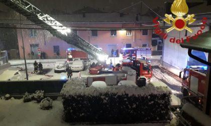 Tetto in fiamme a Fenegrò: ora la casa è inagibile FOTO