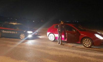 Intercettati su un'auto rubata nel Comasco, si danno alla fuga
