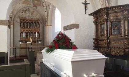 Il parente è defunto, lui si sente male nella casa funeraria