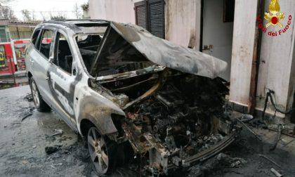 Incendio a Cabiate: fiamme nel cortile di un'abitazione FOTO