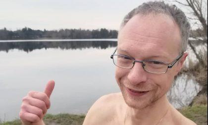 Un tuffo nell'acqua gelida del lago di Montorfano: l'impresa di Cristian