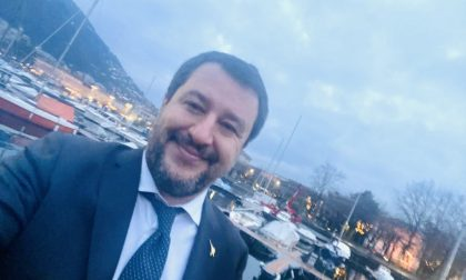 """Salvini a Como, selfie sul lungolago: """"Entro la primavera dell'anno prossimo sarà restituito ai comaschi"""""""