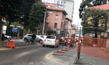 Incidente alla rotonda provvisoria sulla statale Briantea