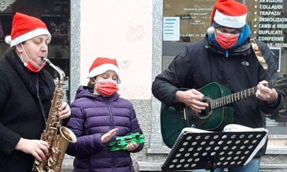 Menestrelli del sorriso: suonano per le vie del centro di Uggiate e la Casa anziani