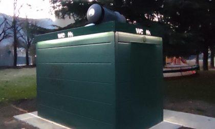 """Un cestino lanciato sopra il nuovo bagno di via Traù. Martinelli: """"Si valutino telecamere e chiusura dei cancelli"""""""
