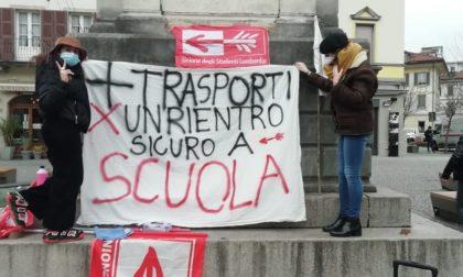 """Studenti in protesta in piazza Volta a Como: """"Non basta riaprire, ciò che conta è come si riapre"""""""