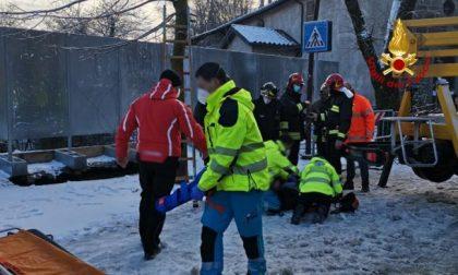 Si apre una voragine in strada: ingegnere sprofonda per sette metri