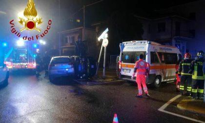 Violento scontro a Luisago, l'auto con tre giovani a bordo si ribalta