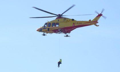 Medico calato col verricello dall'elicottero