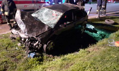 Incidente, coinvolta una persona: auto distrugge recinzione