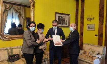 I Prefetti di Como e Sondrio hanno consegnato alla mamma di don Roberto la Medaglia d'oro al Merito Civile
