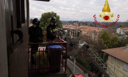 Anziano cade in casa a Cadorago: lo soccorrono i Vigili del Fuoco entrando dalla finestra
