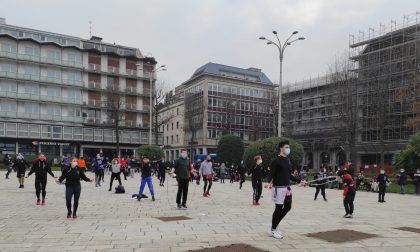 Allenamento di protesta delle palestre in piazza Cavour: corda, piegamenti e voglia di riaprire