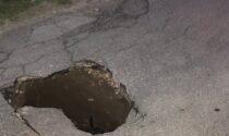 Cede l'asfalto, via Marconi chiusa all'ingresso dalla provinciale