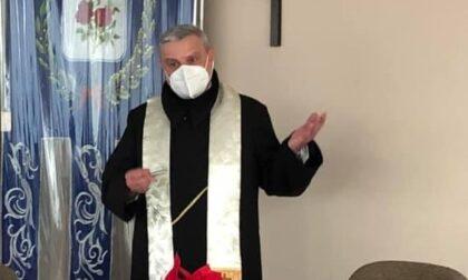 Il parroco compie gli anni: gli auguri di Carugo e Arosio