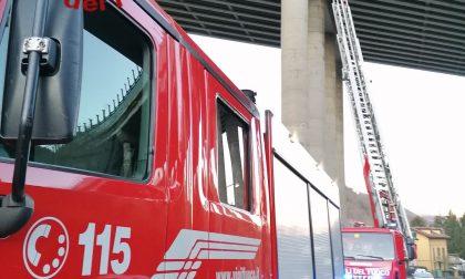 Cadute delle coperture dal viadotto dell'Autostrada A9: Vigili del Fuoco e tecnici verificano la stabilità
