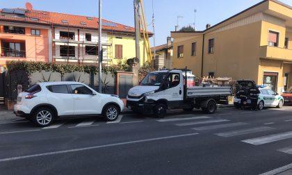 Scontro tra un'auto e un camion a Cantù: l'automobilista si sente male