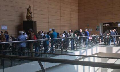Assembramenti e attese al Sant'Anna per le vaccinazioni venerdì mattina