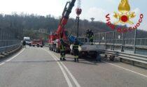 Camion per il trasporto di bombole in difficoltà a Casnate: intervengono i Vigili del Fuoco