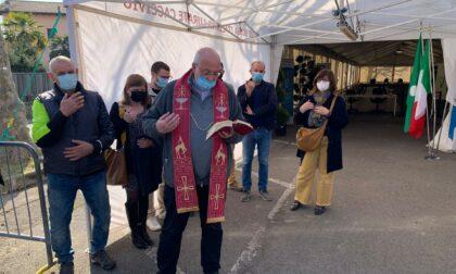 Inaugurato l'hub vaccinale di Lurate: la benedizione di don Flavio Riva e la visita del Prefetto