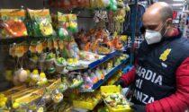 Cartine per le sigarette sottobanco, bigiotteria e giocattoli di Pasqua senza il marchio CE: 67mila prodotti sequestrati a Como