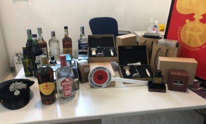 Rubano bottiglie di alcolici, profumi e attrezzatura da barbiere: due arrestati