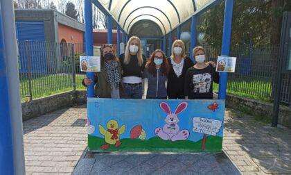 Maestre dell'asilo e artiste: un cartellone per augurare buona Pasqua agli alunni