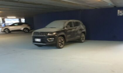 Vandalismi all'autosilo Valmulini: sette auto imbrattate ed estintori lanciati dal sesto piano