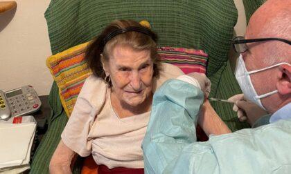 A Cernobbio vaccini a domicilio: tra i vaccinati anche nonna Alessandra, 102 anni