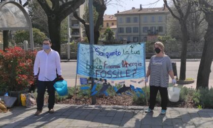 Extinction Rebellion, sul lungolago gli ambientalisti manifestano contro le banche che finanziano petrolio e gas