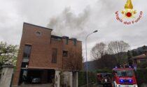 Tetto in fiamme, al lavoro i Vigili del Fuoco