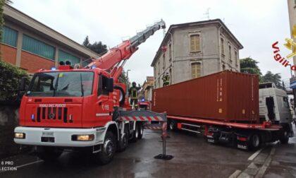 Tir incastrato a Cantù: arrivano i Vigili del Fuoco