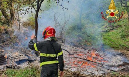 Legname in fiamme in Valbasca: intervento dei Vigili del Fuoco