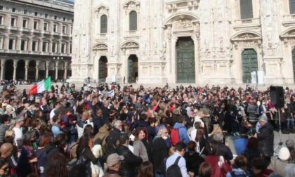 Centinaia di No Vax assembrati in Duomo senza mascherina