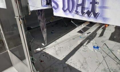 Armato di mazza dal parrucchiere a Rovellasca: negozio distrutto, esercente in ospedale