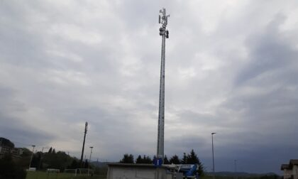 Duecento firme contro l'antenna telefonica installata a Uggiate Trevano
