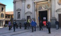 Chiesa e sagrato gremiti per l'addio al dottor Bianchi